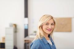 Attraktiv kontorskvinna som ler på kameran Arkivbilder