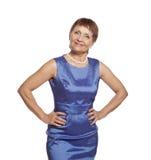 Attraktiv kvinna 50 år i blåttklänning Royaltyfria Bilder