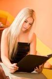 attraktiv kvinna för cafeholdingmeny Royaltyfria Foton