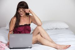 attraktiv kvinna för brunettfortieslatinamerikan Fotografering för Bildbyråer