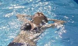 Attraktiv kvinna i baddräkt Royaltyfria Bilder