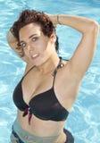 Attraktiv kvinna i baddräkt på pölen Royaltyfri Foto