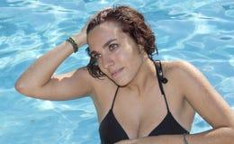 Attraktiv kvinna i baddräkt på pölen Royaltyfria Bilder