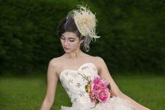 Attraktiv kvinna i bröllopkappa royaltyfri foto