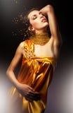 Attraktiv kvinna i gul klänning Royaltyfri Bild
