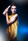 Attraktiv kvinna i gul klänning Royaltyfria Bilder