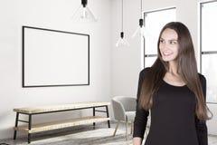 Attraktiv kvinna i hall med banret Fotografering för Bildbyråer