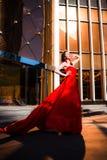 Attraktiv kvinna i röd fladdrad klänning Brand flamma, passionbegrepp royaltyfria foton