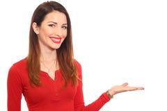 Attraktiv kvinna i röd hållande produkt med en isolerad hand Arkivbilder