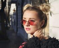 Attraktiv kvinna i rosa solglasögon med perfekt hud royaltyfri foto