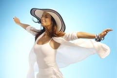 Attraktiv kvinna i sol och vind fotografering för bildbyråer