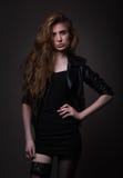 Attraktiv kvinna i svart klänning- och läderomslag Royaltyfria Foton