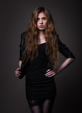 Attraktiv kvinna i svart klänning- och läderomslag Royaltyfri Fotografi