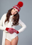 Attraktiv kvinna i vinterulllock på grå bakgrund royaltyfria foton