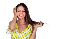 Attraktiv kvinna med blåa ögon som trycker på henne hår royaltyfri foto