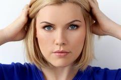 Attraktiv kvinna med blåa ögon Royaltyfri Foto