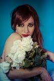 Attraktiv kvinna med buketten av vita rosor royaltyfria bilder