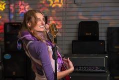 Attraktiv kvinna med den elektriska gitarren Arkivbild