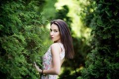 Attraktiv kvinna med den glupande ögonkastet i trädgård Natur Royaltyfria Foton