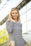 Attraktiv kvinna med den smarta telefonen Arkivfoton