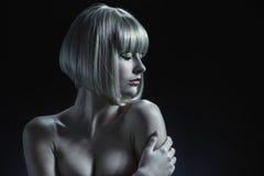 Attraktiv kvinna med en blond peruk på hennes huvud arkivbilder