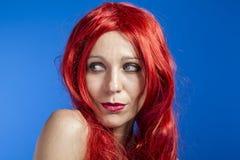 Attraktiv kvinna med enorm röd man, blå chroma arkivfoton