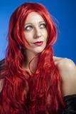 Attraktiv kvinna med enorm röd man, blå chroma fotografering för bildbyråer