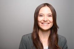 Attraktiv kvinna med ett livligt leende Royaltyfri Foto