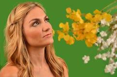 Attraktiv kvinna med flora Royaltyfri Fotografi