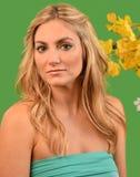 Attraktiv kvinna med flora Arkivfoton
