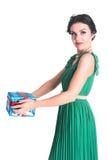 Attraktiv kvinna med gåvaasken Arkivbild