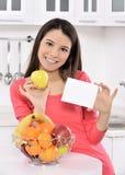 Attraktiv kvinna med korgen av frukter royaltyfri fotografi