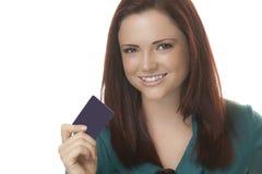 Attraktiv kvinna med kortet Fotografering för Bildbyråer