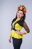 Attraktiv kvinna med kronan av blommor i höststil Fotografering för Bildbyråer