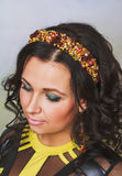 Attraktiv kvinna med kronan av pärlor arkivbilder