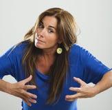 Attraktiv kvinna med långt den mycket ilskna hår och blåttskjortan Arkivbilder