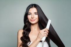 Attraktiv kvinna med lockigt hår och långt rakt hår royaltyfria bilder