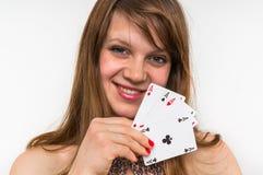 Attraktiv kvinna med pokerkort som isoleras på vit Arkivfoto