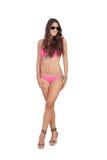 Attraktiv kvinna med rosa swimwear och solglasögon Arkivbild