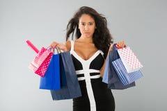Attraktiv kvinna med shoppingpåsar Arkivfoto