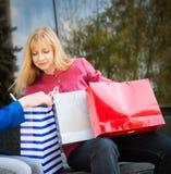 Attraktiv kvinna med shoppingpåsar. Shoppa. Royaltyfri Fotografi