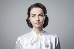 Attraktiv kvinna med tappningfrisyren arkivfoton