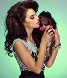 Attraktiv kvinna med valpen Arkivfoto