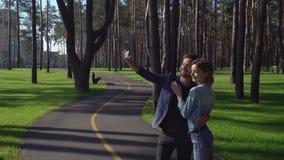 Attraktiv kvinna och stilig man som ler till kameran stock video