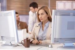 Attraktiv kvinna på datorutbildningskursen Royaltyfri Bild