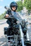 Attraktiv kvinna på en motorbike Royaltyfri Bild