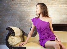 Attraktiv kvinna på soffan Royaltyfri Foto