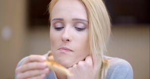 Attraktiv kvinna som äter hemlagad pizza stock video