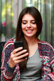 Attraktiv kvinna som använder smartphonen Arkivbilder