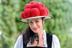 Attraktiv kvinna som bär en traditionella Bollenhut royaltyfri bild